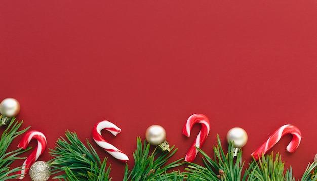 Рождественские цифры на красном фоне. копировать пространство
