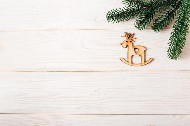 Новогодняя еловая ветка и елочная игрушка олень