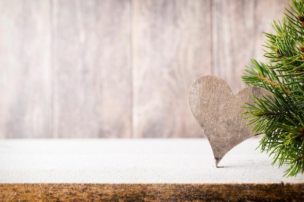 Рождественские еловые ветки и декор, на деревянных фоне.