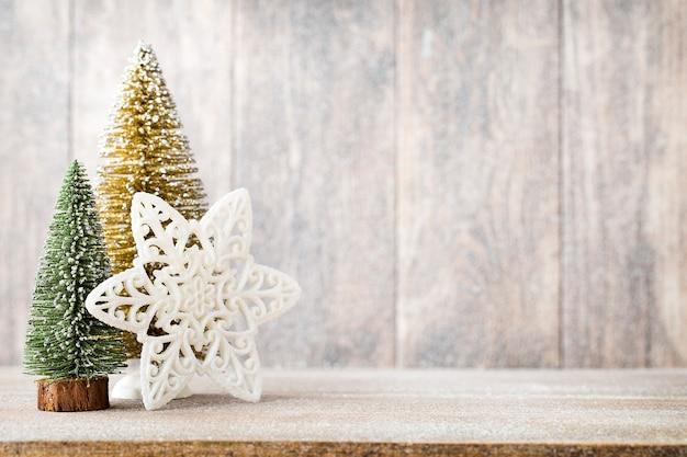 크리스마스 전나무 분기 및 장식, 나무 배경.