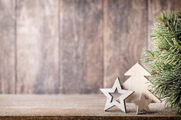 Рождественские еловые ветки и декор, на деревянном столе.
