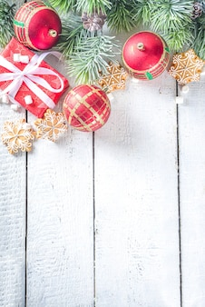 クリスマスのモミの枝、お祝いのリボンが付いたギフトボックス