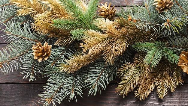 오래 된 어두운 나무 배경에 크리스마스 전나무 가지