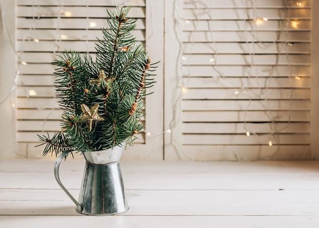 흰색 나무 바탕에 조끼에 크리스마스 전나무. 선택적 초점