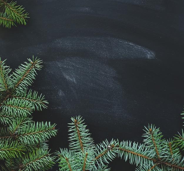Рождественская ель на темной поверхности