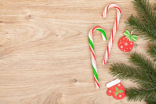 나무 판자에 크리스마스 전나무와 사탕 지팡이