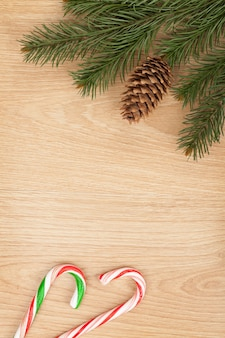 木の板にクリスマスのモミの木とキャンディケイン