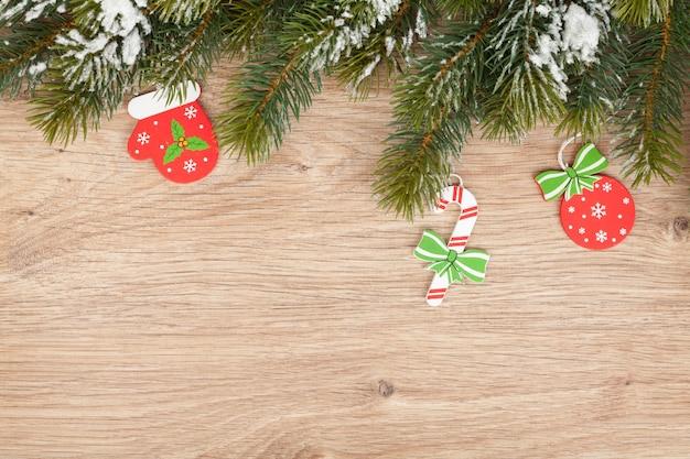 クリスマスのモミの木と木の板の装飾