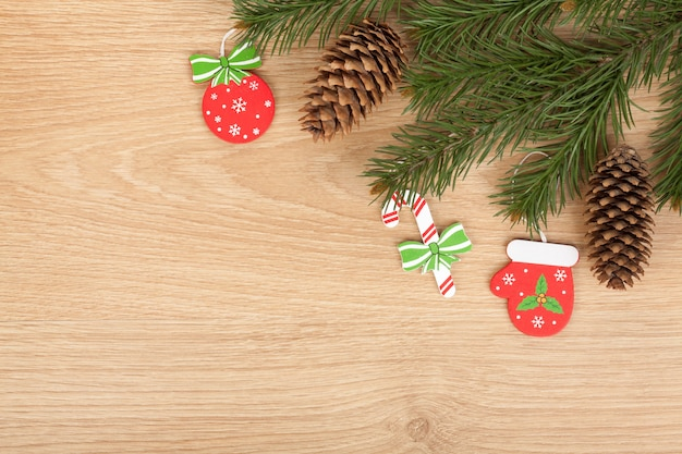 나무 판자에 크리스마스 전나무와 장식