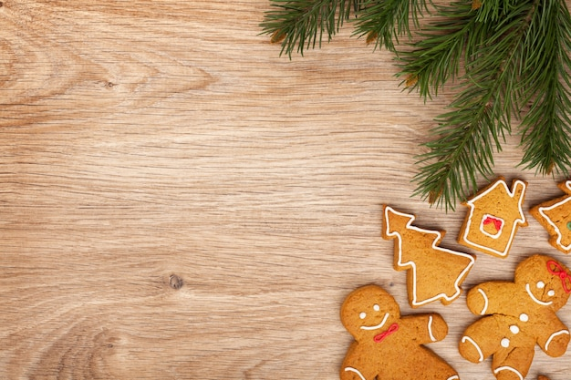 나무 판자에 크리스마스 전나무와 진저 쿠키