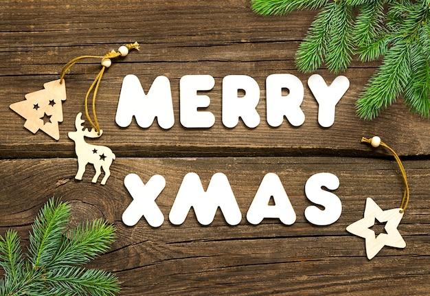 나무 보드에 크리스마스 전나무와 텍스트 메리 크리스마스.
