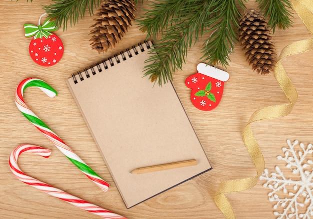 크리스마스 전나무, 빈 메모장 및 나무 배경 장식