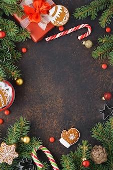 크리스마스 전나무 나뭇 가지, 선물 상자 및 장식