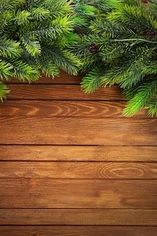 Рождественские еловые ветки на деревянном столе
