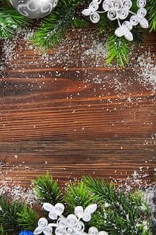 나무 테이블에 장난감 크리스마스 전나무 나무 가지