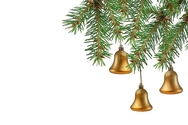 Рождественская елка украшена золотыми колокольчиками на белом фоне