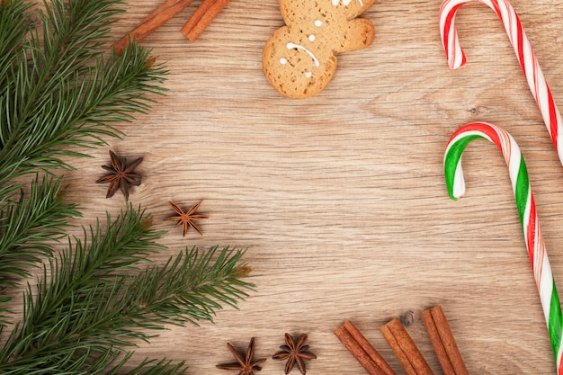 나무 배경에 크리스마스 전나무, 진저 쿠키, 사탕 지팡이