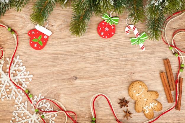 クリスマスのモミの木、ジンジャーブレッドのクッキーと木製の背景の装飾