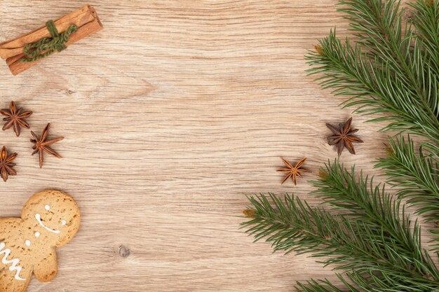 나무 테이블에 크리스마스 전나무, 진저 쿠키와 향신료