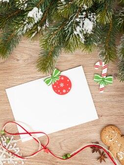 크리스마스 전나무, 진저브레드 쿠키, 나무 테이블에 복사 공간을 위한 카드