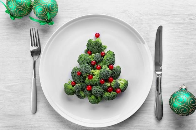 Рождественская елка из брокколи, на тарелке, крупным планом