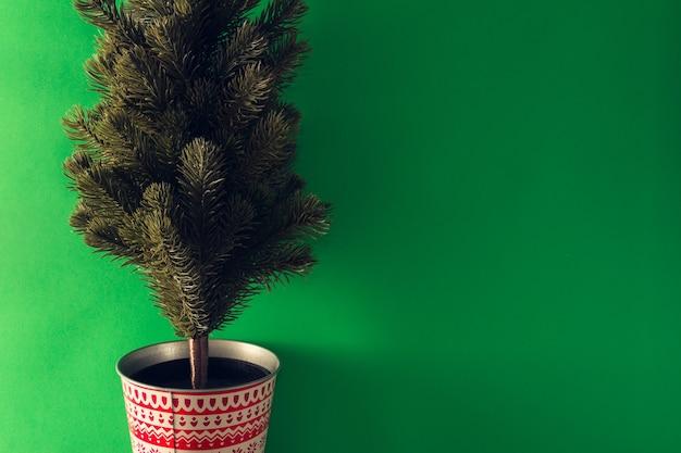 緑の背景にクリスマスのモミの木。スペースをコピーします。セレクティブフォーカス。