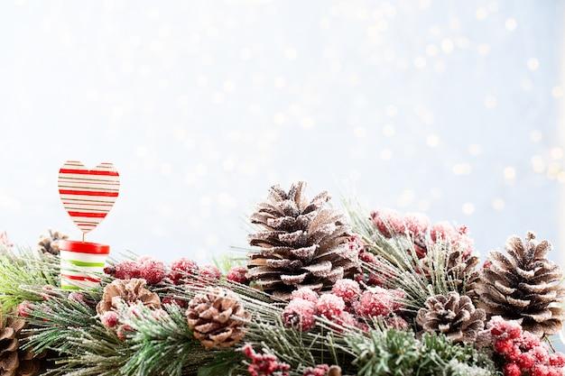 Рождественская елка с фоном боке. веселого рождества и счастливого нового года. рождественский фон боке с елкой снега.