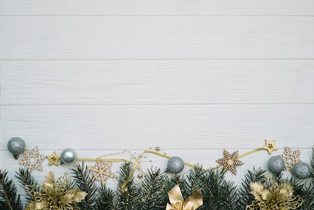 Рождественская елка с украшениями и блестками на деревянных фоне. новогодний фон на белом деревянном столе