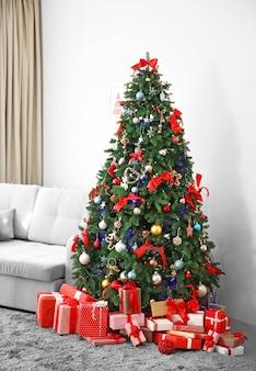 リビングルームにギフトとクリスマスのモミの木