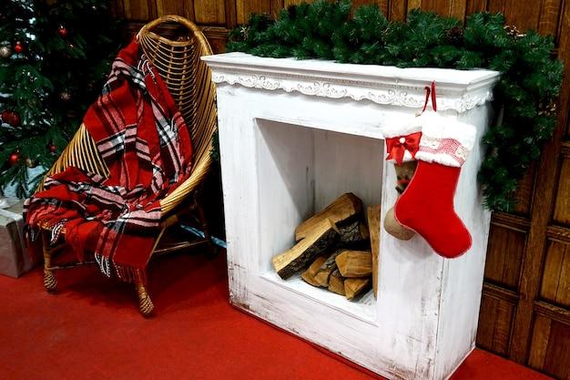 Рождественский камин с пустым стулом рядом