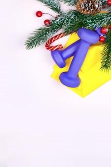 クリスマスのフィットネス。健康的でアクティブなライフスタイルのグリーティングカードのコンセプト。