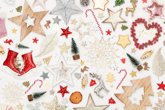 Рождественские плоские лежал фон на белом деревянном столе.