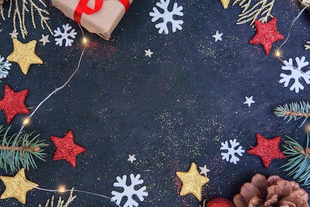 Рождественская плоская композиция с елью и золотыми ветками