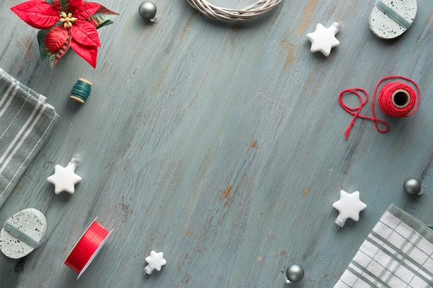 Новогодняя квартира лежала в сером, зеленом, белом и красном, копировальном пространстве. рождественский фон с подарочными коробками и украшениями