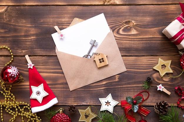 クリスマスフラットは、新しい家の鍵と木製のテーブルの上に横たわっていた