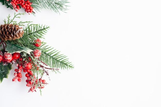 クリスマスフラットレイ、トウヒの小枝、赤いベリーとコーン、コピースペース