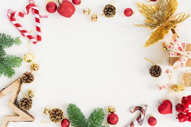 Сцена в рождественском стиле - рамка с вечнозелеными ветками и украшениями