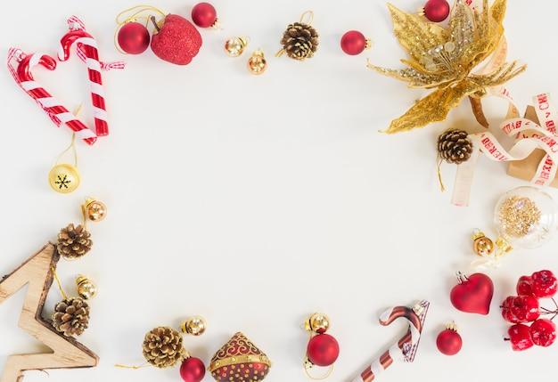 Рождественская сцена в стиле плоской планировки - рамка с красными и золотыми украшениями