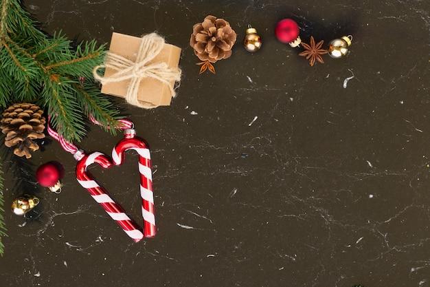 Рождественская квартира в стиле сцены - праздничные украшения и подарок на черном фоне