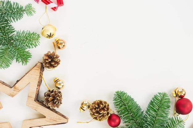 Рождественская плоская сцена с вечнозелеными ветками деревьев и копией пространства
