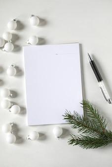 装飾的な要素でクリスマスフラットレイはコピースペースをモックアップします