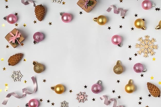 크리스마스 플랫 흰색 배경, 텍스트를위한 공간에 축제 장식 및 선물 상자 누워. 아름다운 새해 구성
