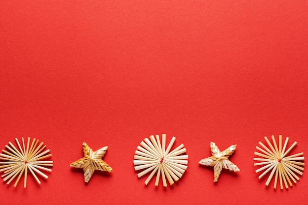 크리스마스 플랫 누워 전나무 나무, 빨간색 장난감 공 만든 크리스마스 트리 빨간색에 빨간 봉투에 황금 색종이 장식.