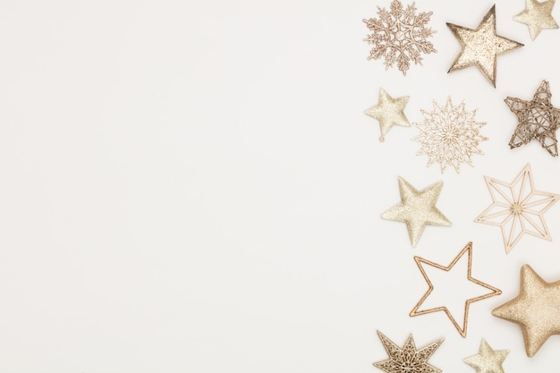 白い木製のテーブルの上のクリスマスフラットレイ装飾の背景