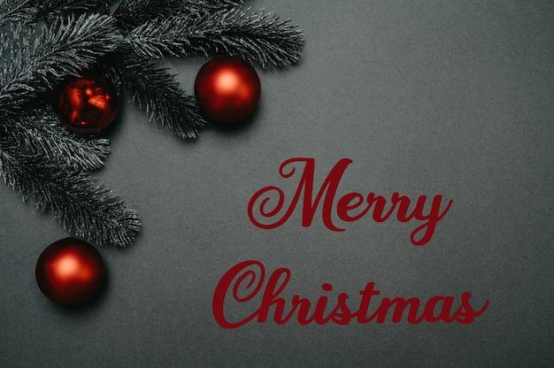 クリスマスフラットリー。モミの枝とクリスマスボールのフレームに刻まれたメリークリスマス