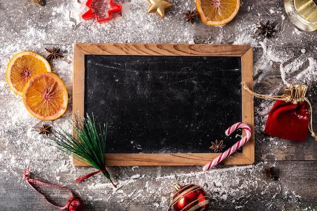 オレンジ、スターアニス、小麦粉とクリスマスの食べ物の背景