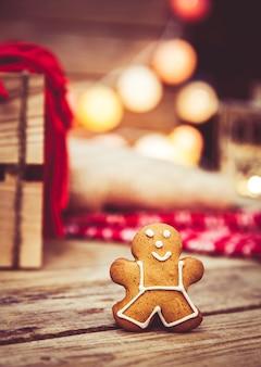 Рождественская еда, пряничный человечек на деревянном столе.