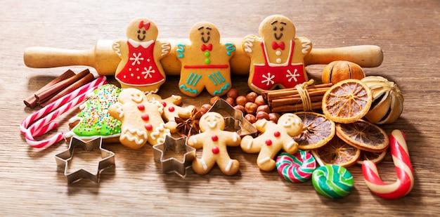クリスマス料理。木製のテーブルに自家製ジンジャーブレッドクッキー