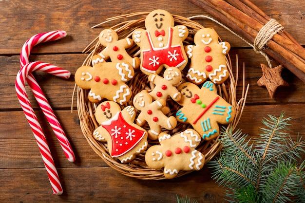 クリスマス料理。木製のテーブル、上面図に自家製ジンジャーブレッドクッキー