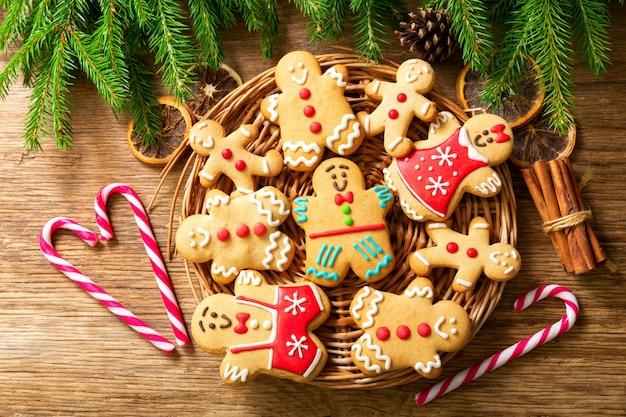 Рождественская еда. домашние пряники на деревянном столе, вид сверху